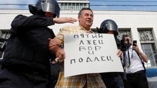 Задержание на протестной акции на площади Ленина в Санкт-Петербурге 9 сентября 2018