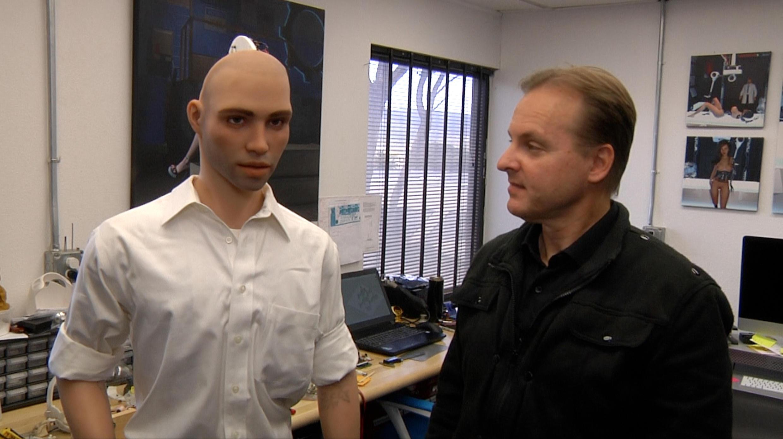 O engenheiro brasileiro, Guile Lindroth já desenvolve a personalidade artificial feminina há mais de dez anos. Agora com a criação de robôs também masculinos mergulha nas diferenças para lapidar um 'cérebro' de homem, o de Henry é o primeiro.