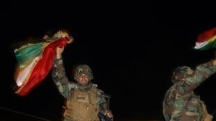 Après trois jours d'attente, près de 160 peshmergas irakiens sont entrés dans Kobane, en renfort des kurdes syriens.