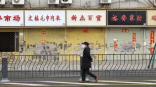 Les magasins sont fermés en raison de l'épidémie due au coronavirus, à Wuhan, dans la province du Hubei, en Chine, le 7 février
