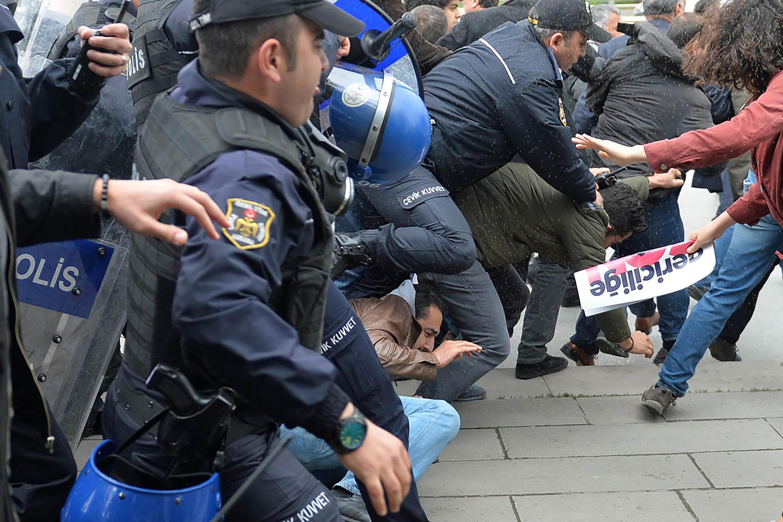 پلیس ترکیه در حال پراکنده کردن تظاهر کنندگان