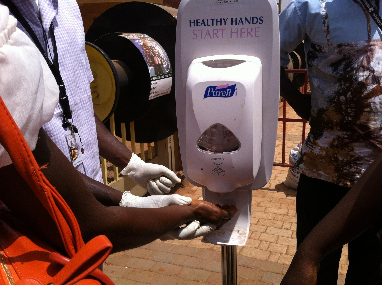 Au Burkina Faso, dans les services administratifs, les restaurants ou cafés, des distributeurs de gel antibactérien et hydro-alcoolique sont mis à la disposition des usagers.
