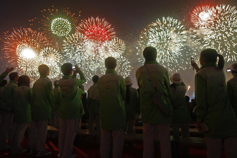 人們觀看上海世博會開幕煙火