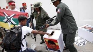 Столкновение активистов-демократов с полицией в ходе выборной кампании в столице Нейпьидо