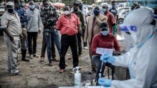 Des Kényans font la queue pour être dépistés, dans le quartier de Kawangware de Nairobi.