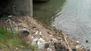 A poluição no estuário do Rio Sena, na Normandia, norte da França.