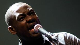 Arsène Duevi, chanteur et guitariste originaire du Togo.
