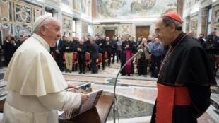 Le pape François et le cardinal Barbarin, en octobre 2017, au Vatican.