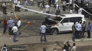 Cảnh sát Ai Cập xem xét xe hơi của Bộ trưởng Nội vụ sau vụ khủng bố, ở ngoại ô Cairo, ngày 03/02/2014