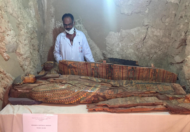 考古學家在一座埃及法老王時代墳墓里發現6具色彩鮮艷木棺   2017年4月18日埃及南部