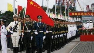 Quân đội Trung Quốc diễu hành trước một căn cứ hải quân tại Hồng Kông ngày 03/03/2010.