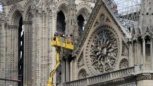 Workers secure part of the Notre-Dame de París 23 April 2019.
