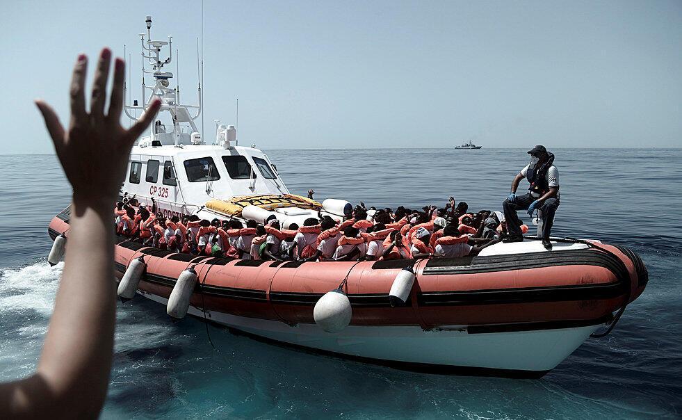 Wahamiaji wakiokolewa katika Bahari ya Mediterania na shirika  lisilo la kiserikali la SOS Méditerranée, Juni 12, 2018.