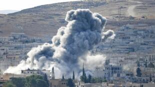 Vue de Kobane depuis le point de passage, vital, de Mürsitpinar, le 15 octobre 2014.