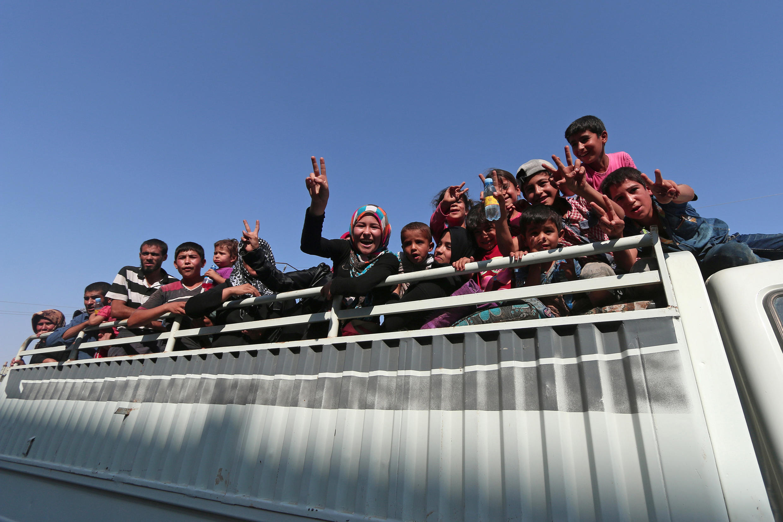 Người dân Syria vui mừng sau khi được Lực Lượng Dân Chủ Syria giải phóng khỏi khu vực Manbij, Aleppo, bị tổ chức Nhà Nước Hồi Giáo chiếm đóng, ngày 12/08/2016.