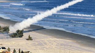 Hải quân Mỹ diễn tập bắn thử tên lửa Stinger tại bãi biển Onslow, bắc Carolina, Hoa Kỳ, tháng 04/2000.