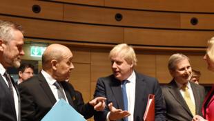 Le ministre des Affaires étrangères français Jean-Yves Le Drian discute avec son homologue britannique Boris Johnson lors de la réunion des 28 ministres des Affaires étrangères européens au Luxembourg le 16 avril 2018.