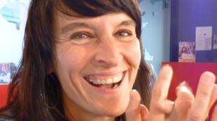 La fautista y cantante argentina Diana Baroni en los estudios de RFI en París.