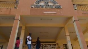 L'entrée d'un amphithéâtre sur le campus universitaire de Ouagadougou.