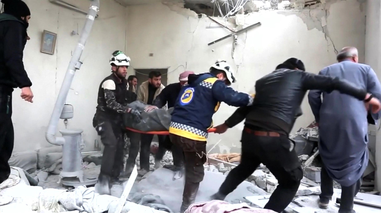 Lực lượng cứu hộ di chuyển một người bị thương do vụ không kích của quân đội Syria, ngày 26/02/2019, tại Khan Sheikhoun, tỉnh Idlib.