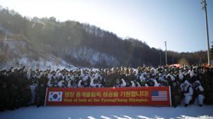 Binh sĩ Hàn Quốc và Hoa Kỳ chụp ảnh chung, trước một cuộc tập trận hôm nay, 19/12/2017, với khẩu hiệu chúc Thế Vận Hội Pyeongchang thành công.