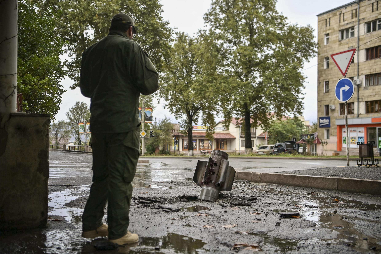Un hombre observa un cohete sin estallar en la ciudad de  Stepanakert, en Nagorno-Karabaj, el 6 de octubre de 2020