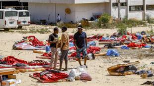 Des migrants près du centre de rétention attaqué par une double frappe aérienne à Tajoura, dans la banlieue de Tripoli le 3 juillet 2019.