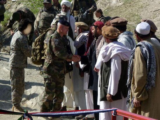 تصویری از مترجمان افغانستانی همرا با نیروهای نظامی بینالمللی.