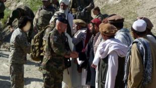 افغانهایی که طی مدت استقرار ارتش فرانسه در افغانستان در مشاغل خدماتی مانند مترجمی با این ارتش همکاری میکردند، پس از خروج کامل نیروهای فرانسوی، در وضعیت نگرانکننده امنیتی بسر میبرند.