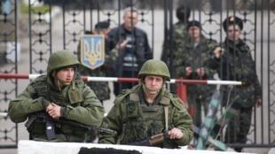 Lính Nga trước một doanh trại quân đội Ukraina ở Kerch, vùng Crimée. Ảnh chụp ngày 04/03/14.