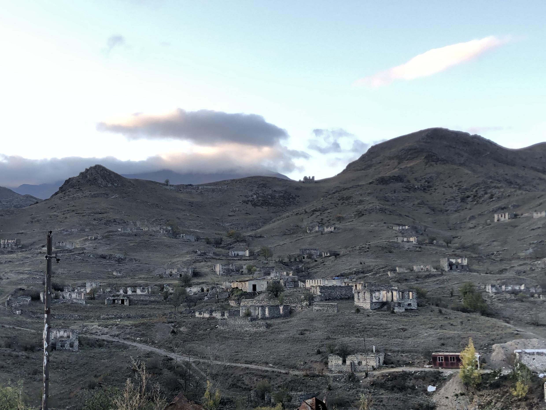 Разрушенные после Первой Карабахской войны азербайджанские дома в Кельбаджаре. Ноябрь 2020 г.