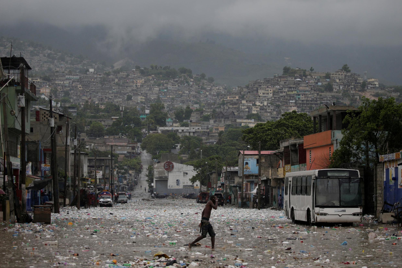 Cidade de Porto- Príncipe depois da passagem da tempestade Laura em  23 de agosto de 2020.