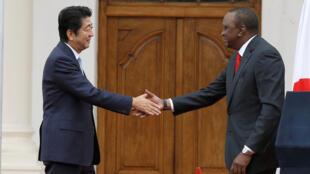 Thủ tướng Nhật S.Abe (trái) và tổng thống Kenya U. Kenyatta, Nairobi. Ảnh ngày 26/08/2016.