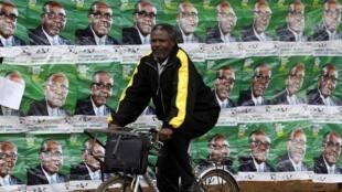 Affiches de campagne du président Mugabe dans une rue d'Harare, le 30 juillet 2013.