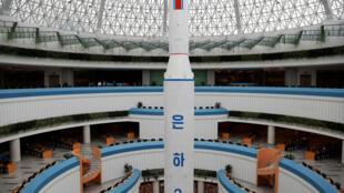 Bản sao tên lửa Unha-3 được trưng bày tại Khu Liên Hợp Khoa Học - Kỹ Thuật, Bình Nhưỡng, Bắc Triều Tiên, 17/04/2017.