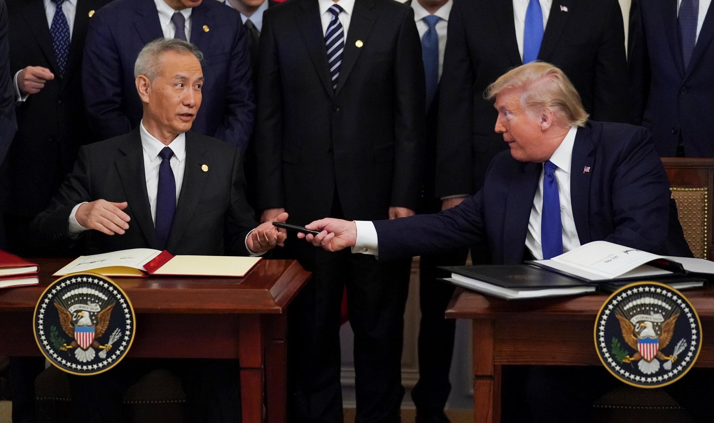 2020年1月15日中美貿易簽協時,中國副總理劉鶴簽字時忽然找不到自己的筆,特朗普總統把自己的遞過來。