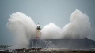 Tempestade Ciara causa ondas gigantes em Newhaven Lighthouse, no sul da Inglaterra, neste domingo (09/02/2020).