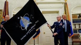 美国总统特朗普15日在白宫椭圆形办公室首次展示美国太空军(United States Space Force)军旗。