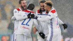 Os festejos dos jogadores do Lyon após o apuramento para os oitavos da Liga dos Campeões.