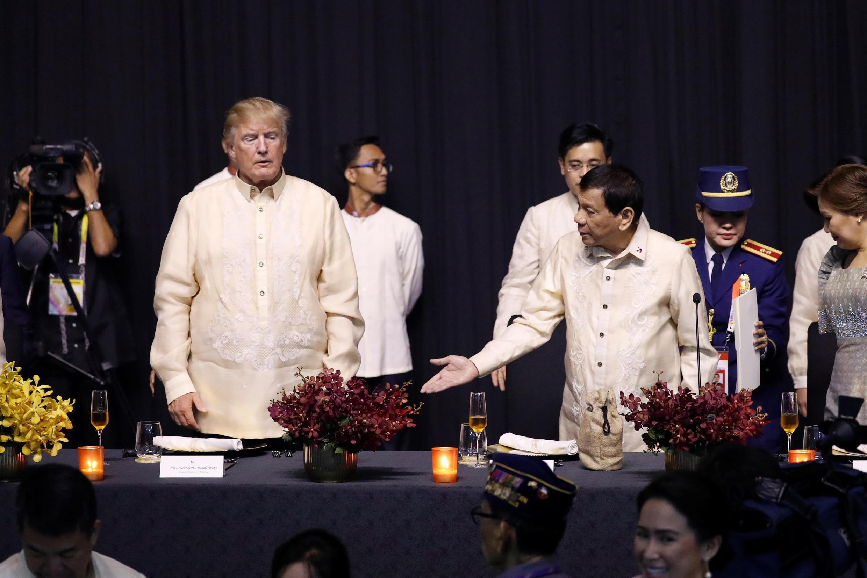 Les présidents américain et philippin, Donald Trump et Rodrigo Duterte, dimanche 12 novembre 2017 à Manille pour le sommet de l'ASEAN.