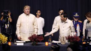 Les présidents américain et philippin, Donald Trump et Rodrigo Duterte, ce dimanche 12 novembre 2017 à Manille pour le sommet de l'ASEAN.