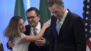 Ngoại trưởng Canada Chrystia Freeland (trái), bộ trưởng Kinh Tế Mêhicô Idelfonso Guajardo (giữa) và đại diện Thương mại Mỹ Robert Lighthizer, trong vòng đàm phán về NAFTA, tại Mêhicô City ngày 05/09/2017.