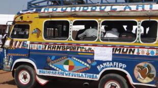 Un bus de transport, surnommé «car rapide» à Dakar.