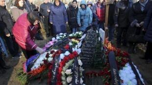 Funeral de vítimas da tragédia aérea no cemitério Bogoslovskoye, em São Petersburgo, na Rússia.