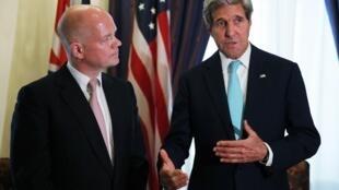 លោក William Hague កាលនៅជារដ្ឋមន្រ្តីការបរទេសអង់គ្លេស ជជែកជាមួយលោក John Kerry