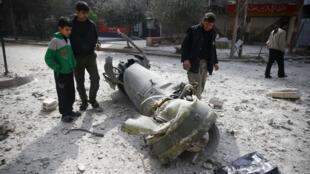 Habitantes de Duma en el este de Guta inspeccionan los restos de un misíl disparado por la aviación siria sobre Duma, damasco 23 febrero 2018