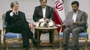 El canciller brasileño Celso Amorim, izquierda, con el presidente iraní Mahmud Ahmadinejad en un encuentro en Teherán, 27 de abril de 2010.