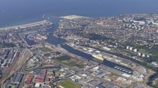 Vue aérienne du port de Dieppe, en Haute-Normandie, dans l'ouest de la France.