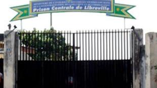 Entrée principale de la prison centrale de Libreville où Roland Désirée Aba'a Minko et son ex-directeur de campagne ont été placés sous mandat de dépot.