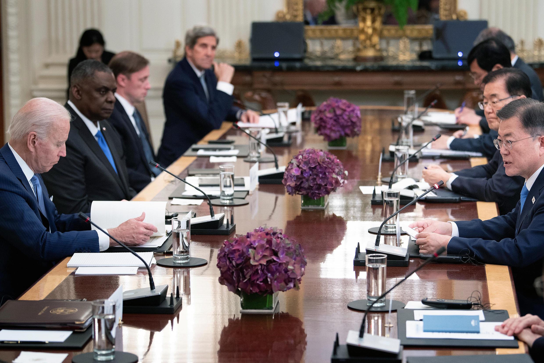 El presidente de Estados Unidos Joe Biden (I), su par sudcoreano Moon Jae-in (D) y otros altos funcionarios durante una reunión en la Casa Blanca, el 21 de mayo de 2021